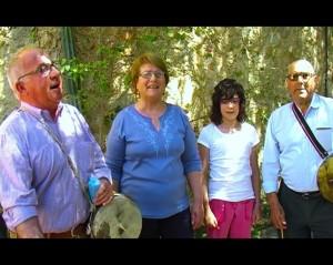 Mussola, Biel i Antoni cantant amb alumnes de s'Escola Festa de sa Ximbomba